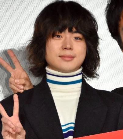 片側にボリュームの重点を置いたボブ。エラが張っている菅田将暉さんは小顔効果を出すためにこめかみを隠す髪型が多いです。ドライヤーとワックスで簡単にセットでき
