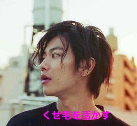 すなわち、この佐藤健さんのように、襟足は短めで耳を出せば、前髪は長めで下ろしても、今の流行にのった短髪の髪型になります。
