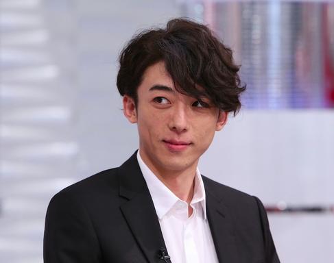 おしゃれイズムで話題となった高橋一生さんのこの髪型もそうです。実際パーマをかけているわけではなく、スタイリストさんがセットしています。くせ毛を活かすか、弱い